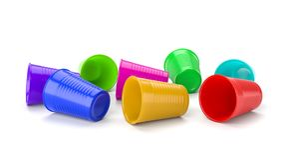 Plastic die Koppen op Wit worden uitgestrooid Royalty-vrije Stock Foto