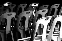 Plastic die stoel in de zon en in de schaduw wordt gestapeld royalty-vrije stock foto's