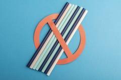 Plastic die stro voor drinkwater of frisdranken wordt gebruikt concept protest op blauwe achtergrond geen plastiek royalty-vrije stock afbeeldingen
