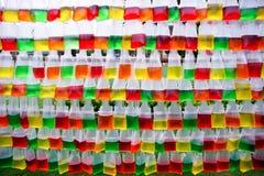 Plastic die zakken met kleurenwater worden gevuld Stock Foto's