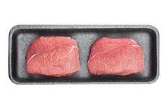 Plastic dienblad met de verse ruwe plakken van het rundvleeslapje vlees Stock Afbeeldingen