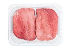 Plastic dienblad met de verse ruwe plakken van het rundvleeslapje vlees Stock Fotografie
