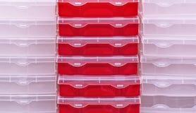 Plastic dozen voor het opslaan van hulpmiddelen en huishoudenpunten stock afbeelding