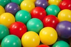 plastic färgrika lott för bollar royaltyfri bild