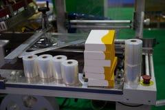 Plastic film verpakkende machine royalty-vrije stock afbeelding