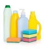 Plastic flaskor av cleaningprodukter och svampar Royaltyfri Bild