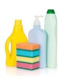 Plastic flaskor av cleaningprodukter och svampar Arkivbild