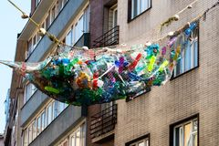 Plastic fles in kringloopbak, afvalbeheer stock foto's
