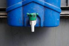 Plastic fles met tapkraan royalty-vrije stock afbeelding