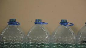 Plastic fles productielijn Plastic vormende bottelende fabriek Spaties van plastic flessen in de fabriek stock video