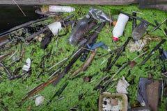 Plastic Flessen en Vuilnis in het Water Royalty-vrije Stock Fotografie