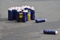 Plastic flessen met energiedrank bij een triathlon Stock Foto's