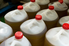 Plastic flessen met olijfolie Stock Foto's
