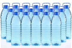 Plastic flessen mineraalwater in een rij drie Royalty-vrije Stock Fotografie