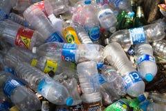 Plastic flessen in Rayong Het plastiek wordt verzameld kringloop om te zijn royalty-vrije stock afbeeldingen