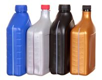 Plastic flessen van automobiele die oliën op witte achtergrond worden geïsoleerd royalty-vrije stock foto's
