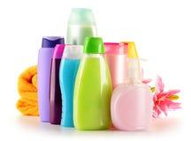 Plastic flessen van lichaamsverzorging en schoonheidsproducten stock afbeeldingen