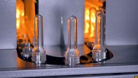 Plastic flessenproductie Een fabriekswerknemer installeert nieuwe HUISDIERENvoorvormen voor het voorverwarmen stock videobeelden