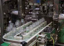 Plastic flessenvullenmachine stock afbeeldingen