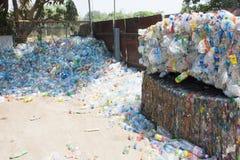Plastic gedrukt en het ingepakte flessen voorbereidingen treffen voor recycling Stock Afbeelding