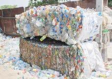 Plastic gedrukt en het ingepakte flessen voorbereidingen treffen voor recycling Royalty-vrije Stock Afbeeldingen