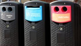 Plastic glas en document recyclingsbakken op straat royalty-vrije stock afbeeldingen