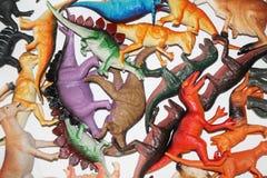 Plastic het speelgoedachtergrond van dinosaurussencijfers Royalty-vrije Stock Foto