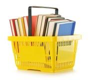 Plastic het winkelen mand met boeken royalty-vrije stock foto's