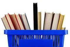 Plastic het winkelen mand met boeken die op wit worden geïsoleerd royalty-vrije stock afbeelding