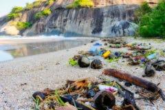 Plastic huisvuil op het strand van Hua Hin in Thailand royalty-vrije stock afbeelding