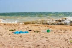 Plastic huisvuil op het strand van Hua Hin in Thailand stock afbeelding