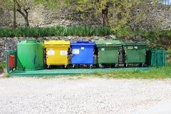 Plastic huisvuilcontainers in ECO-eiland Royalty-vrije Stock Afbeeldingen