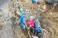 Plastic Huisvuilverontreiniging in bergstroom stock foto's