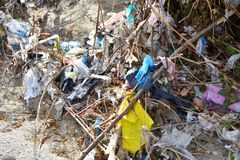 Plastic Huisvuilverontreiniging in bergstroom Stock Foto