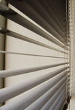Plastic jaloezie bij een venster Stock Afbeeldingen