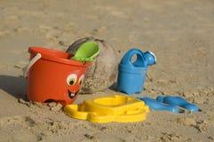 Plastic jonge geitjesspeelgoed op het zandstrand Royalty-vrije Stock Fotografie