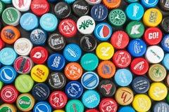 plastic kappen van verschillende dranken, van bier, soda, kola, mijn stock foto