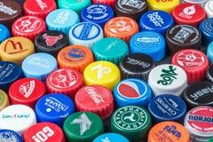 plastic kappen van verschillende dranken, van bier, soda, kola, mineraalwater stock afbeelding