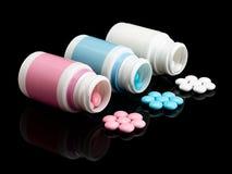 Plastic kleine flessen met pillen. Stock Foto