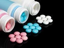 Plastic kleine flessen met pillen. Royalty-vrije Stock Afbeeldingen