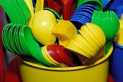 Plastic kleuren beschikbaar vaatwerk voor een partij royalty-vrije stock afbeelding