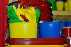 Plastic kleuren beschikbaar vaatwerk voor een partij royalty-vrije stock foto