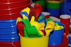 Plastic kleuren beschikbaar vaatwerk voor een partij stock fotografie