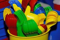 Plastic kleuren beschikbaar vaatwerk voor een partij royalty-vrije stock fotografie
