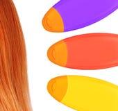 Plastic kleurrijke flessenshampoo en rood die haar op wit wordt geïsoleerd Royalty-vrije Stock Fotografie