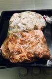 Plastic kokende zak met vlees in de oven stock fotografie