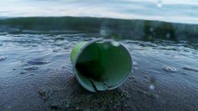 Plastic koppen en pakkettenclose-up Het concept milieubescherming, ecologie stock footage