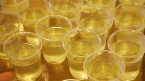 Plastic koppen met drank Stock Afbeelding