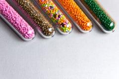plastic korrels Polymere kleurstof in reageerbuizen op grijze achtergrond Royalty-vrije Stock Afbeeldingen
