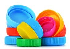 Plastic kroonkurken op wit Stock Foto
